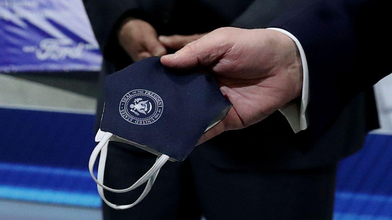 La mascarilla que muestra Trump en la visita a Ford. (Reuters)