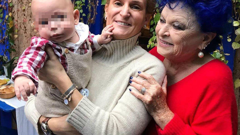 María Zurita, junto a su bebé y a Lucía Bosé. (Instagram)