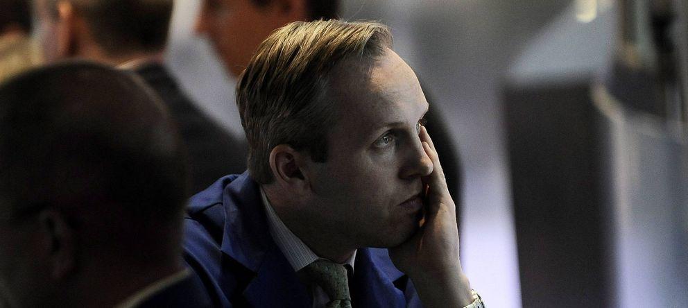 Foto: Un operador mira fijamente una pantalla en Wall Street