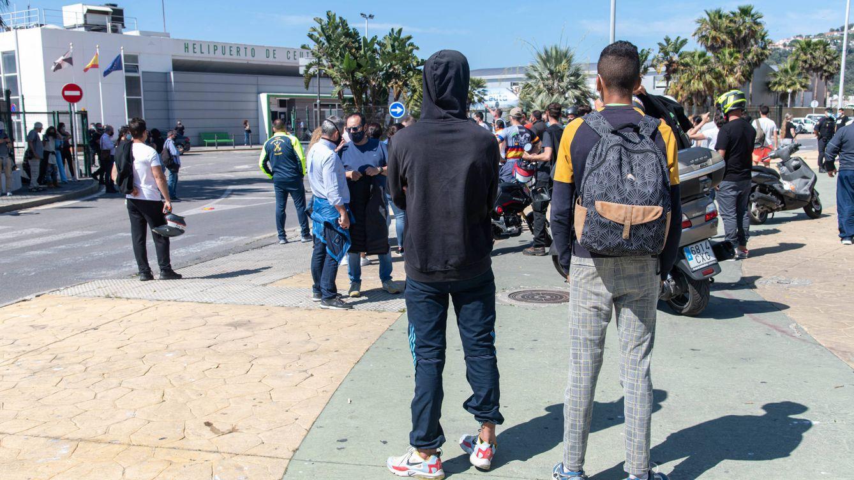 Foto: Dos jóvenes marroquíes en Ceuta. (J. Sakona)