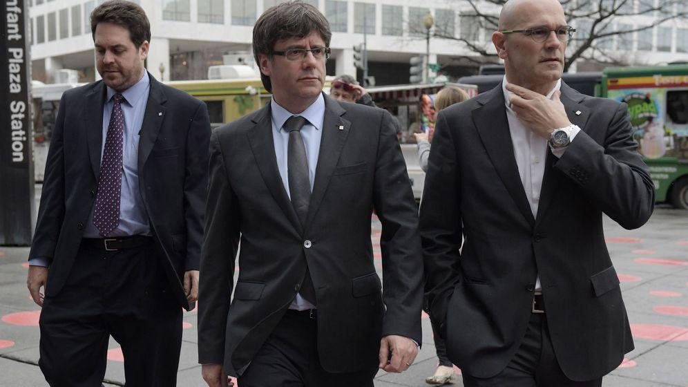 Foto: El presidente de la Generalitat de Catalunya, Carles Puigdemont (c) junto al consejero de Exterior, Raul Romeva (d). (EFE)