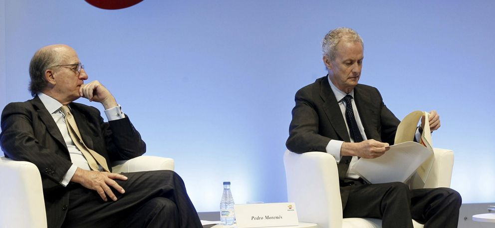 El ministro de Defensa, Pedro Morenés (d), y el presidente de Repsol, Antonio Brufau. (EFE)