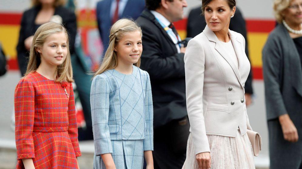 Foto: La Reina con sus hijas en los actos conmemorativos del Día de la Fiesta Nacional. (EFE)