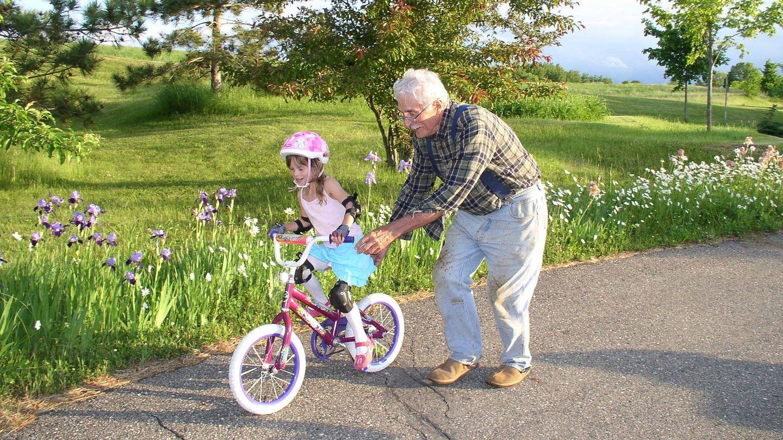 Un abuelo juega con su nieta. Foto: Pixabay.