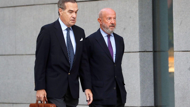 Emilio Saracho, a la derecha, junto a su abogado en la Audiencia Nacional. (EFE)