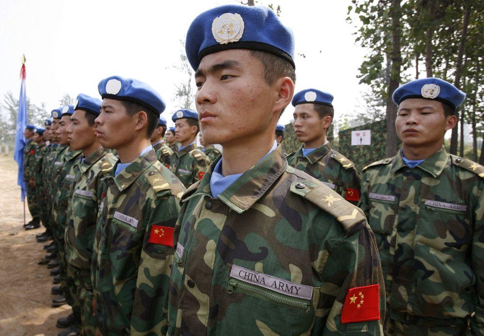Foto: Soldados chinos con boinas de los Cascos Azules durante un entrenamiento en Qinyang, antes de salir para Darfur, en septiembre de 2007 (Reuters)
