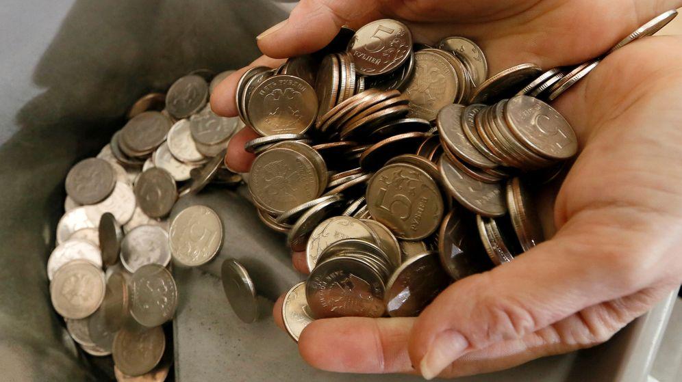 Foto: Foto de recurso de monedas en las manos. (Reuters)