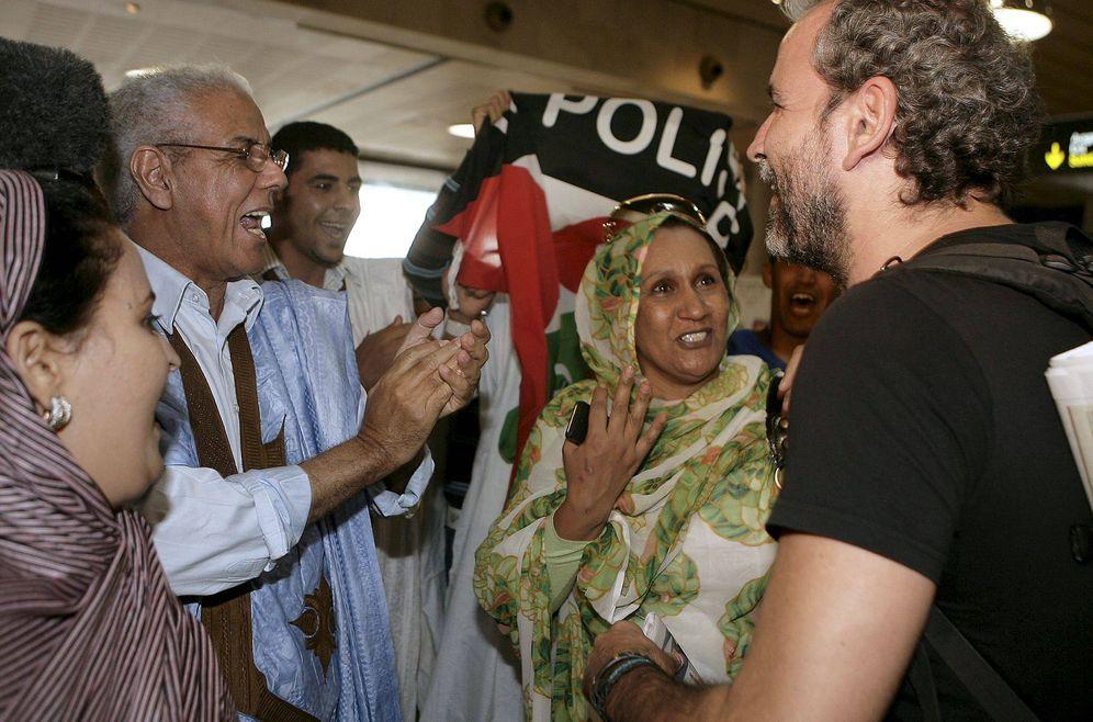 Foto: Willy Toledo, junto a un grupo de activistas saharauis en el aeropuerto de Los Rodeos (Tenerife), a su regreso del Sáhara Occidental en octubre de 2010 (EFE)
