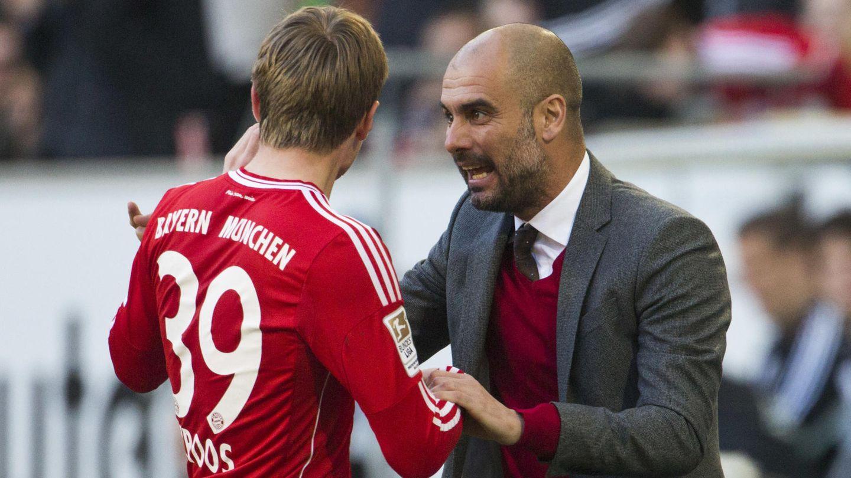 Toni Kroos dialoga con Guardiola en un partido de la Bundesliga