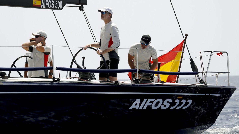 El rey Felipe VI, a bordo del Aifos 500. (EFE)