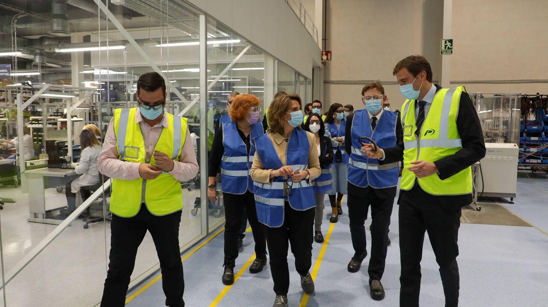 Teresa Ribera, con Ximo Puig y los hermanos Lalo y David Salvo, la semana pasada, en una visita a Power Electronics. (GVA)