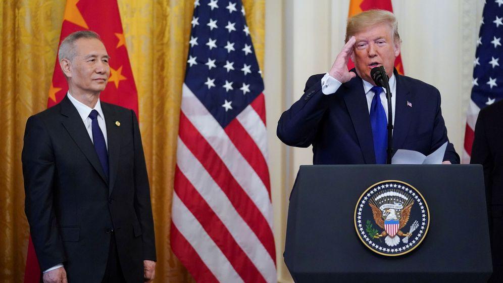 Foto: El viceprimer ministro chino, Liu, escucha al presidente de Estados Unidos, Donald Trump. (Reuters)