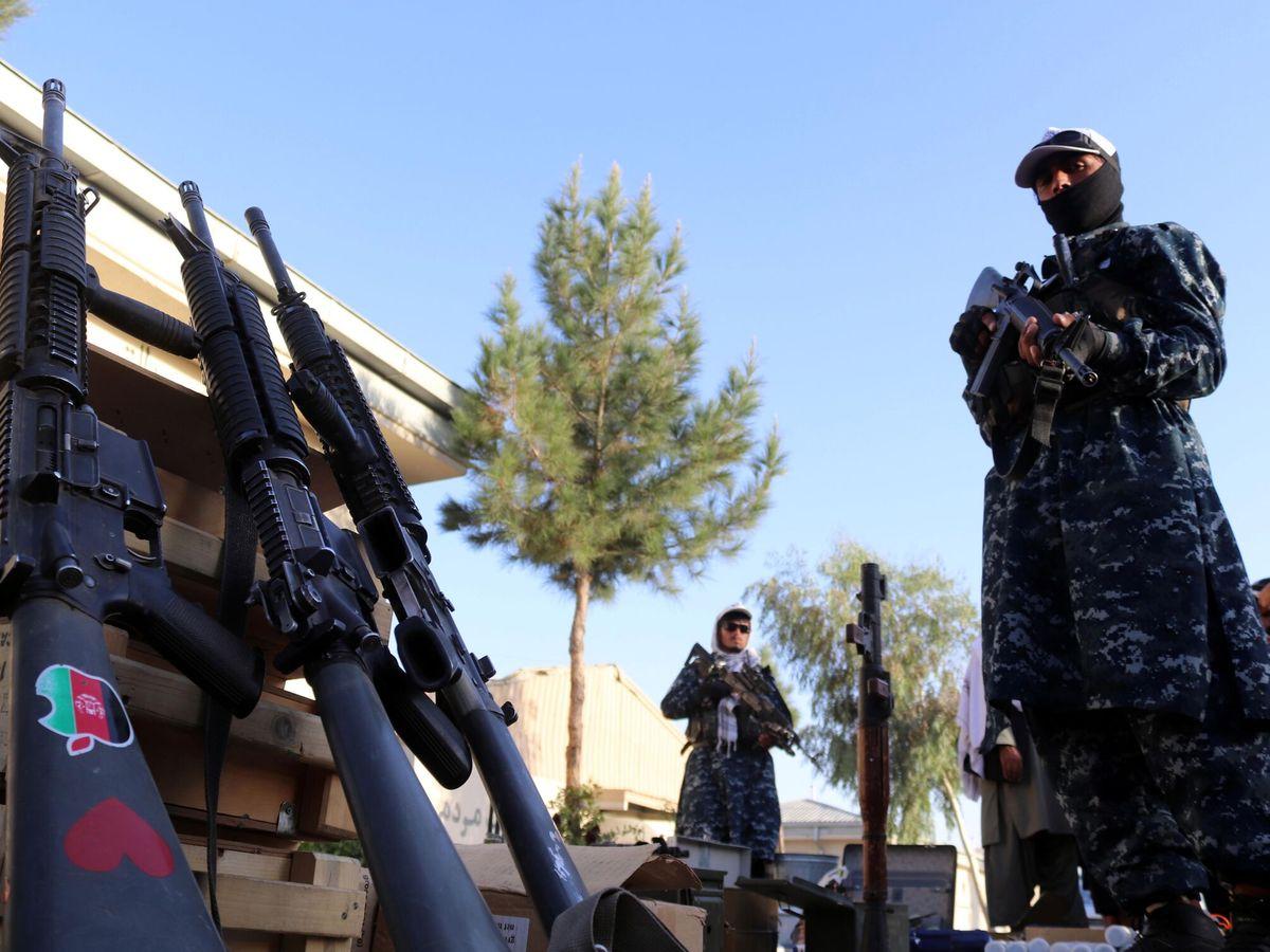 Foto: Talibanes muestran sus armas. (EFE)