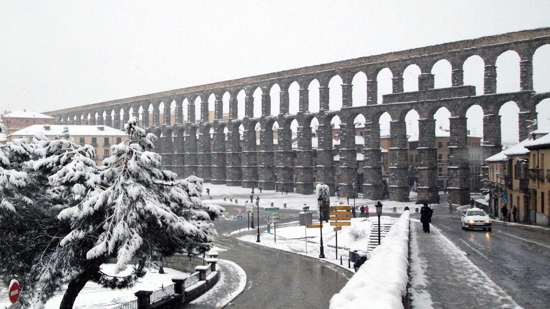 El acueducto de Segovia va al 'médico' tras el desprendimiento de una pequeña piedra