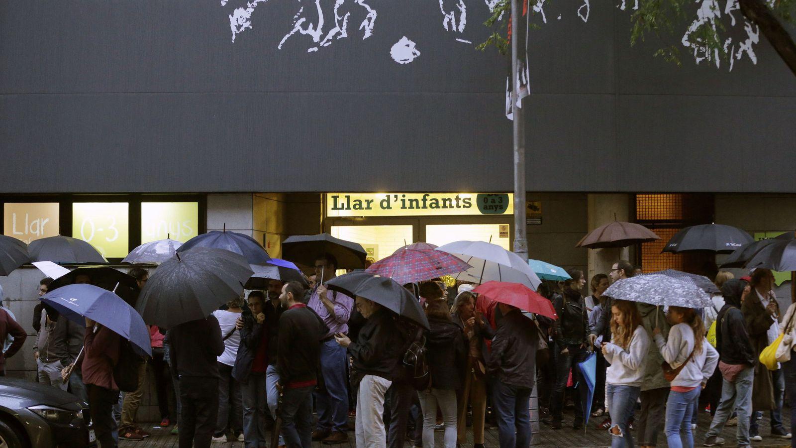 Foto: Un grupo de personas se concentra ante el colegio Infant Jesus de Barcelona para votar en el referéndum ilegal del 1-O. (EFE)