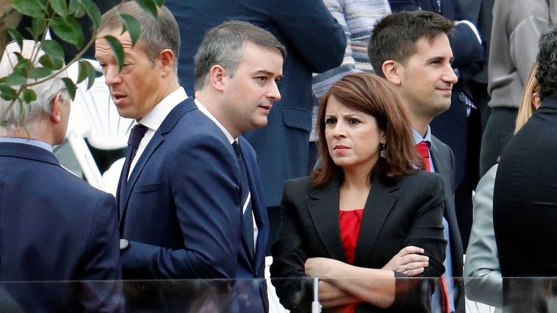La portavoz del PSOE Adriana Lastra y jefe de gabinete del presidente del gobierno Iván Redondo, durante el desfile del 12 de octubre. (EFE)