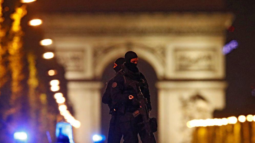 Foto: Agentes de la policía en el techo de sus vehículos en los Campos Elíseos, París, tras el ataque. (Reuters)