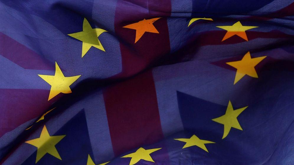 Foto: Una bandera europea y una británica ondean durante una protesta en contra del Brexit en Londres. (EFE)