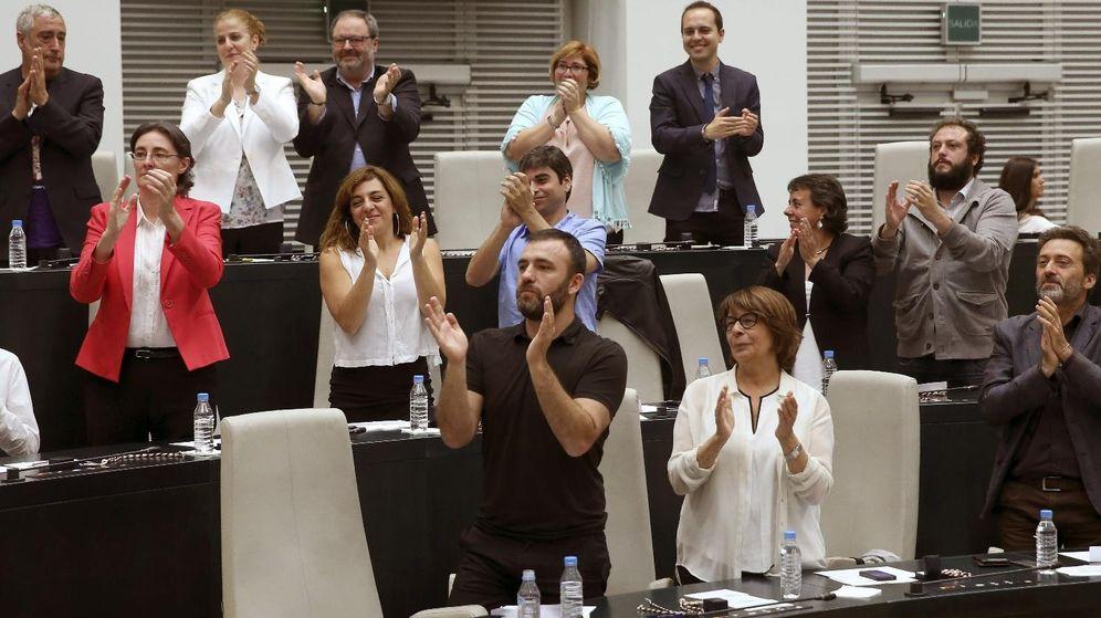 Foto: El grupo de Gobierno de Ahora Madrid, durante el pleno de investidura de Manuela Carmena. (EFE)