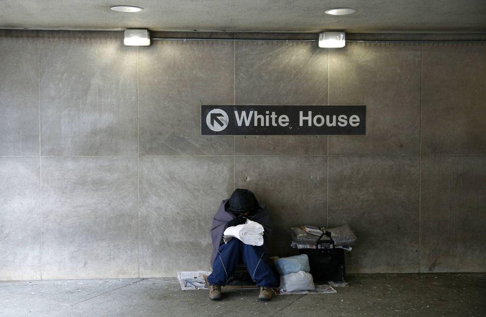 Foto: Un indigente intenta entrar en calor en una estación de metro cercana a la Casa Blanca, el 20 de enero de 2016. (Reuters)