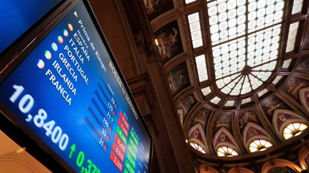 Foto: Vista de una pantalla con la prima de riesgo en el parqué de la Bolsa española. (EFE)