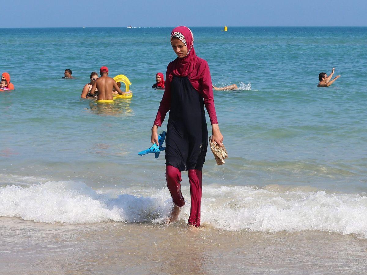 Foto: Mujer con burkini en Túnez. (EFE)