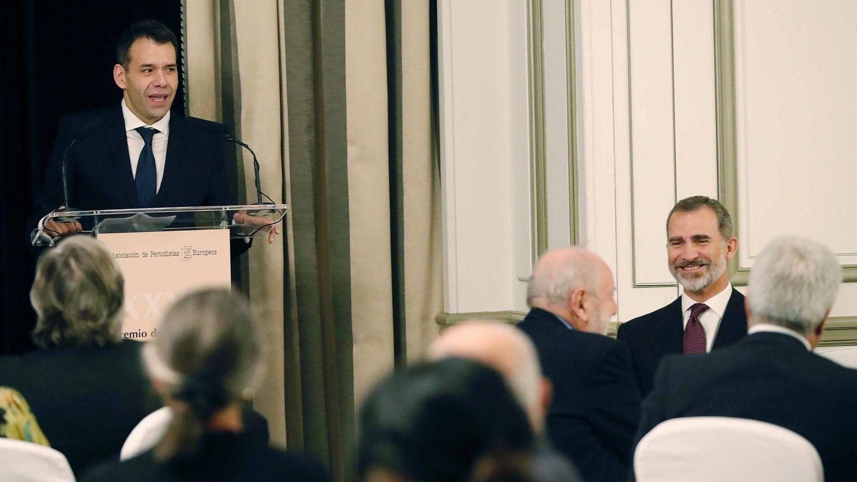 Amón, recibiendo el Premio Francisco Cerecedo de Periodismo de manos del rey Felipe. (EFE)