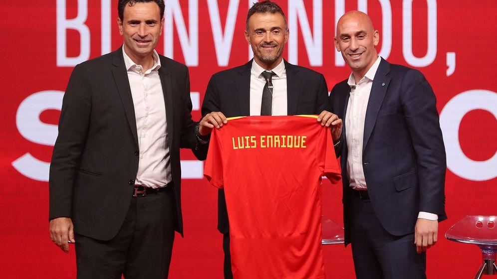 Foto: Luis Enrique posa con Luis Rubiales -presidente- y Molina -director deportivo- en su presentación como seleccionador. (Efe)