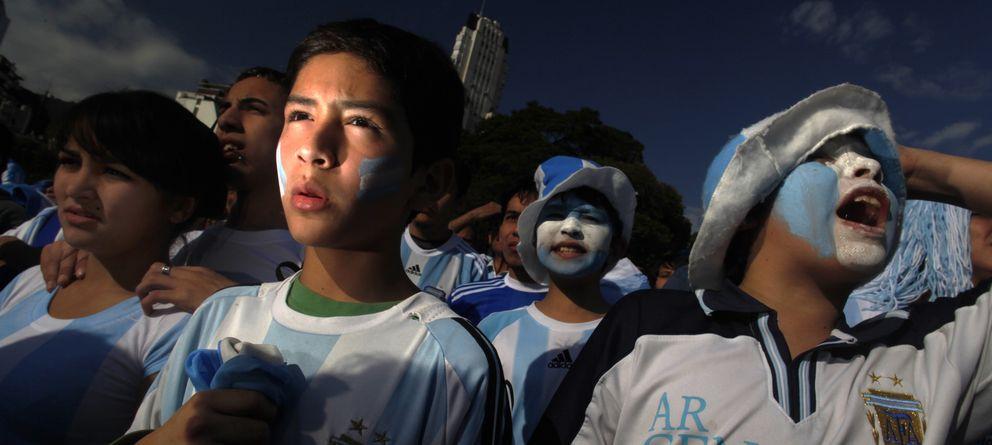 Foto: Hinchas de la selección argentina reaccionan en Buenos Aires durante el encuentro ante Alemania en los cuartos de final de la Copa del Mundo de 2010 (Reuters).