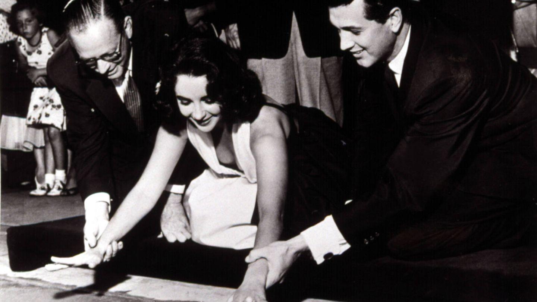 Hudson, junto a su compañera y amiga Elizabeth Taylor dejando sus huellas en el cemento del Teatro Chino de Hollywood. (CP)