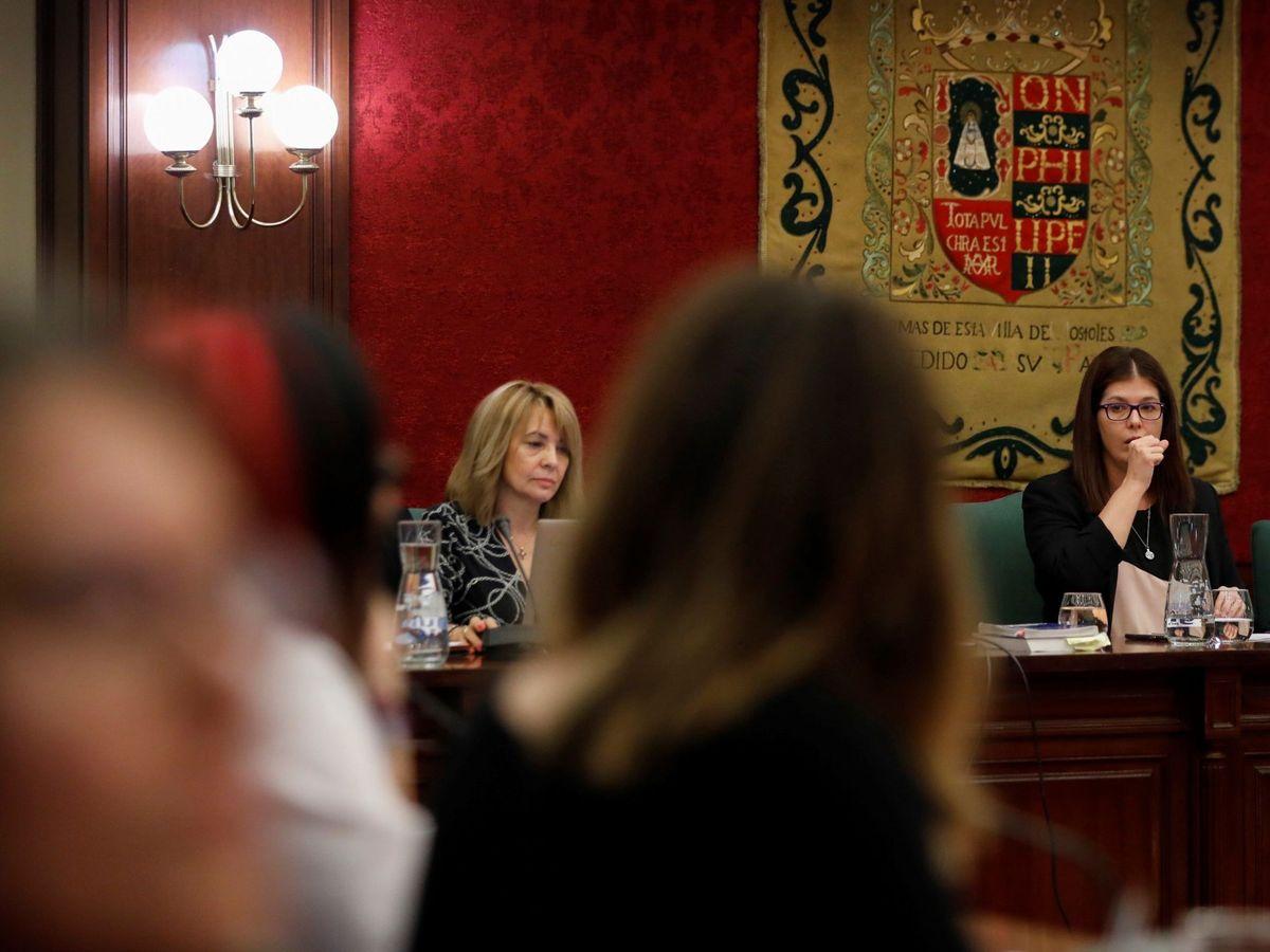 Foto: La alcaldesa de Móstoles, Noelia Posse (1d), durante un pleno del ayuntamiento en 2019. (EFE)