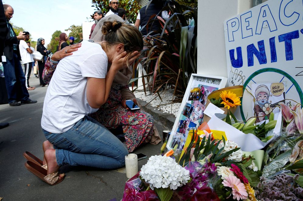 Foto: Una mujer llora ante la mezquita de Al-Noor, en Christchurch, Nueva Zelanda. (Reuters)