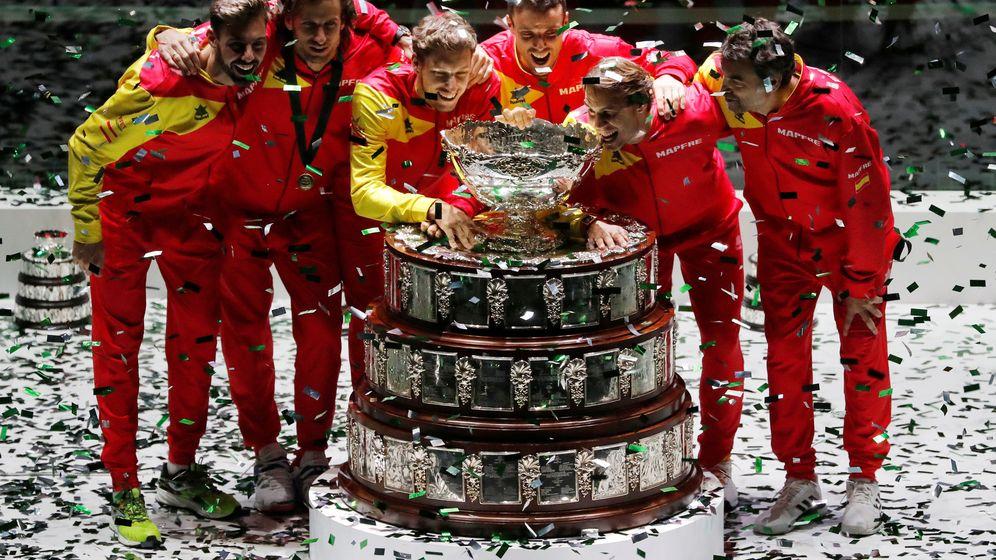 Foto: El equipo español recoge el trofeo de campeones. (Reuters)