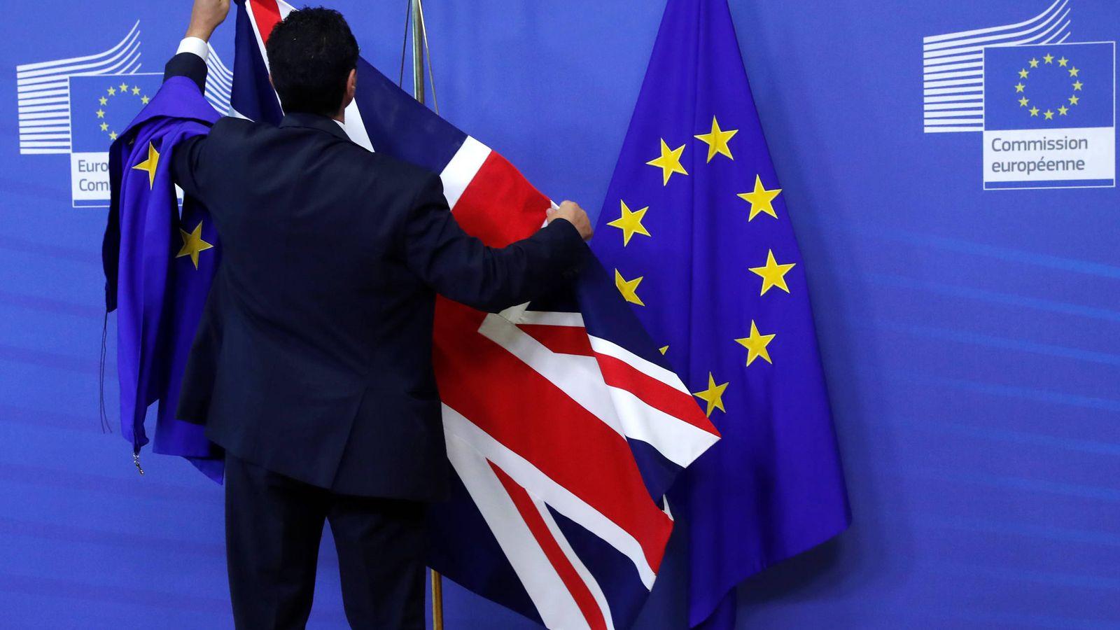 Foto: La bandera británica en la sede de la CE ante el comienzo de la nueva ronda de negociaciones, en Bruselas. (Reuters)