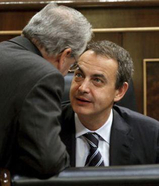 Foto: Guerra se desmarca de Zapatero y censura las presiones de la prensa catalana al TC