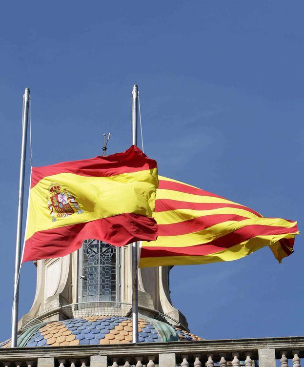 Foto: Banderas de España y de Cataluña. (EFE)