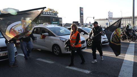 Cortes y confusión: taxistas de toda España protestan en Madrid contra Uber y Cabify