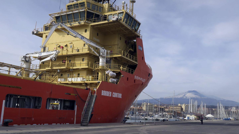 El Siem Pilot, atracado en el puerto de Catania (EFE)