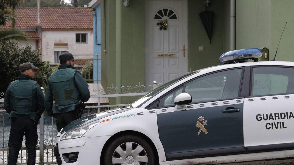 Foto: La Guardia Civil registra la casa del Chicle en Rianxo. (EFE)