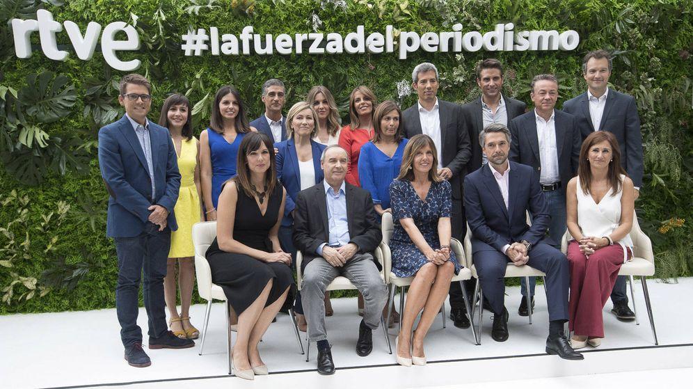 Foto: Todos los presentadores de RTVE, junto a Begoña Alegría (d), directora de los Servicios Informativos. (RTVE)