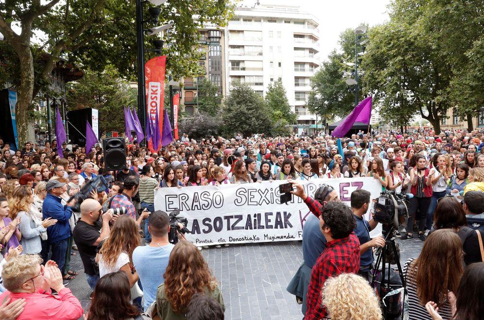 Foto: Concentración este viernes en San Sebastián en repulsa por la violación denunciada por una menor. (EFE)
