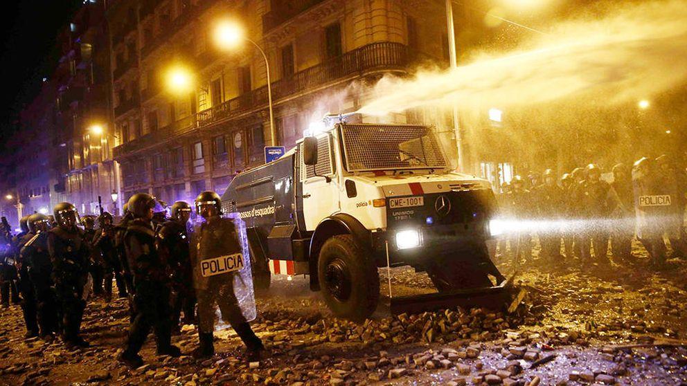 Los Mossos utilizan su tanqueta con cañón de agua contra los manifestantes de los CDR