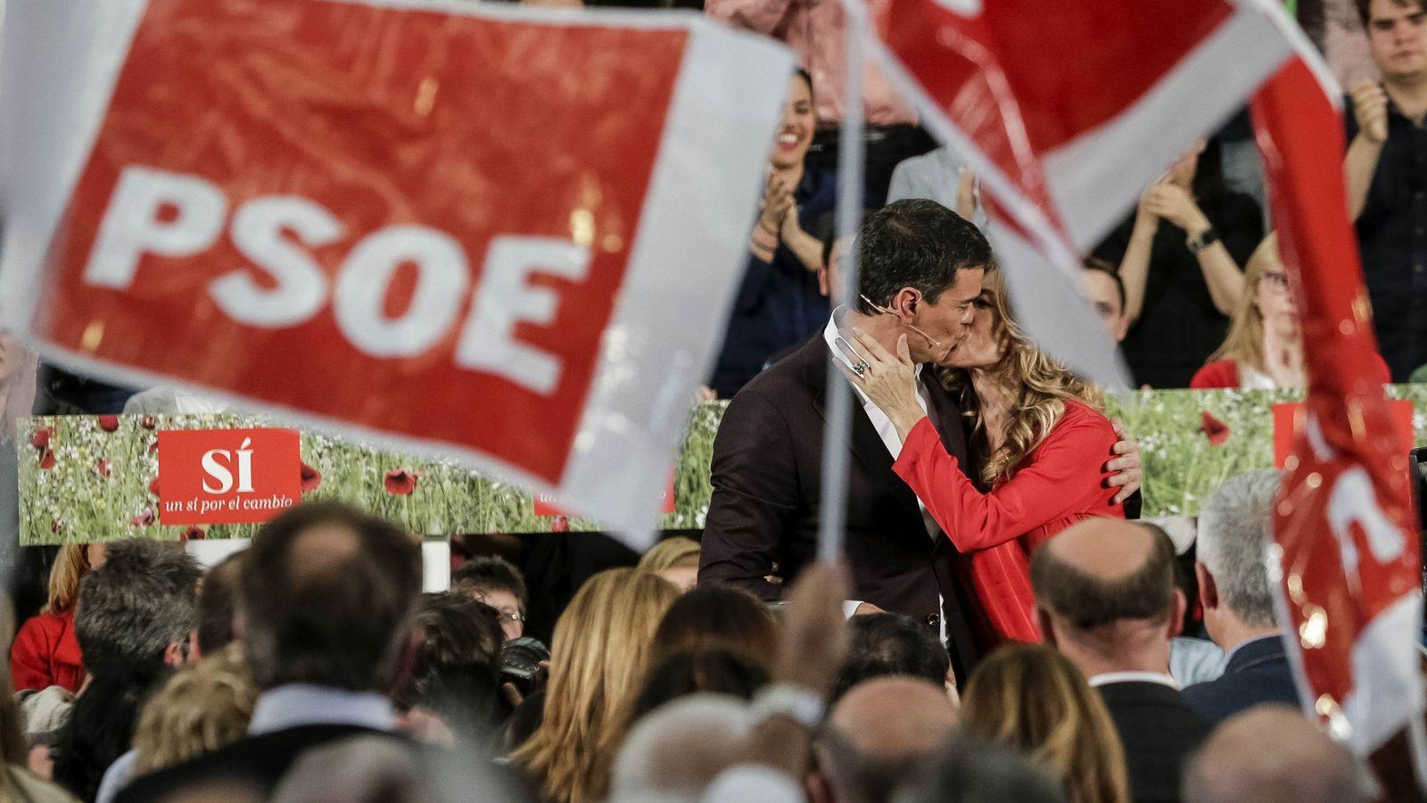 Foto: El modelo de partido del PSOE está caducado y sus dirigentes enrocados. En la imagen, Pedro Sánchez besa a su mujer este 14 de mayo en Móstoles. (EFE)