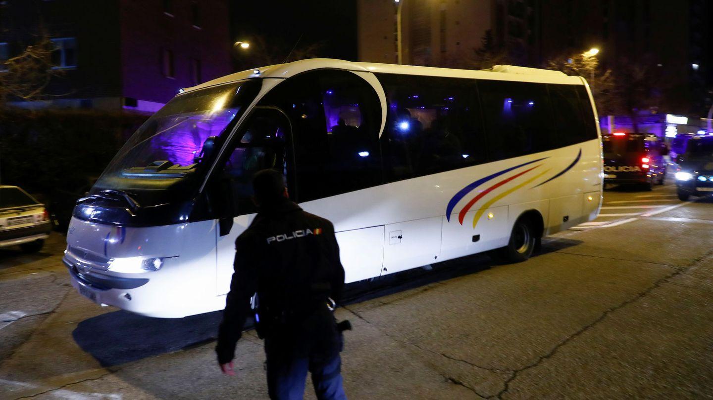 Un autobús traslada a los españoles repatriados al hospital Gómez Ulla. (Reuters)