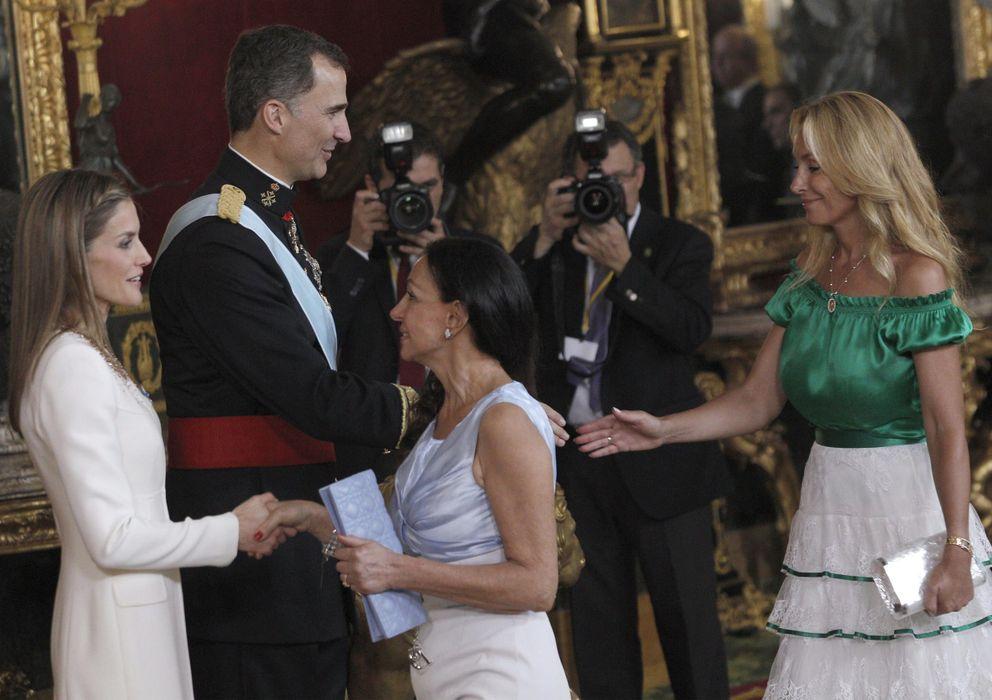Foto: Los reyes Felipe VI y Letizia saludan a las empresarias Esther Koplowitz (2d) y Alicia Alcocer Koplowitz. (EFE)