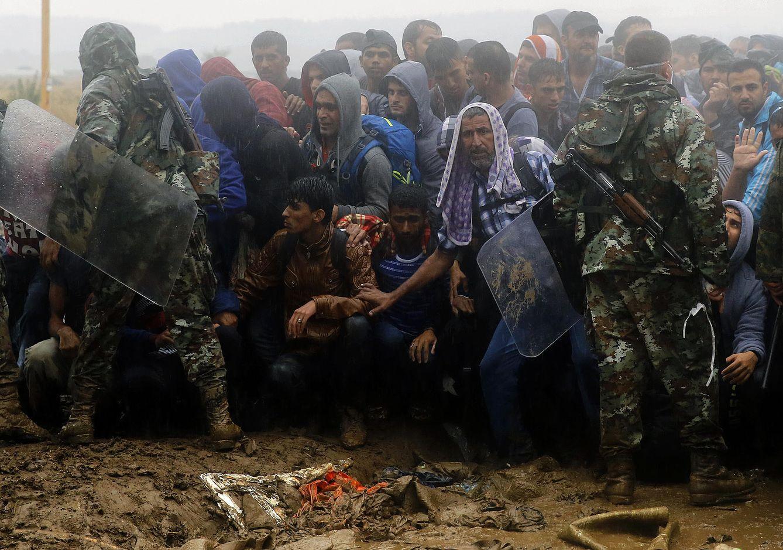 Foto: Soldados macedonios evitan que refugiados e inmigrantes procedentes de Grecia crucen la frontera cerca del pueblo de Idomeni, el 10 de septiembre de 2015 (Reuters).