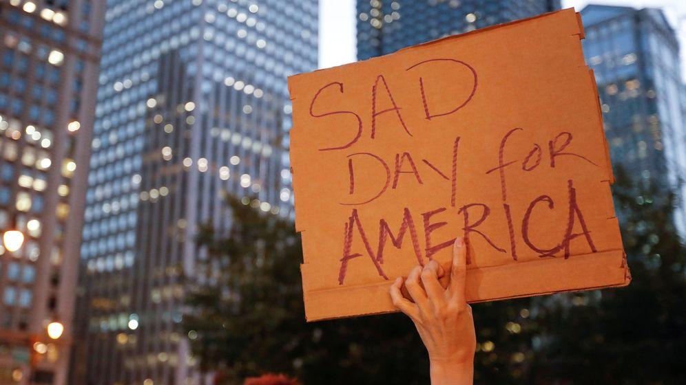 Foto: Un ciudadano protesta por el resultado de las elecciones en los Estados Unidos frente a la torre Trump en Chicago. (Reuters)