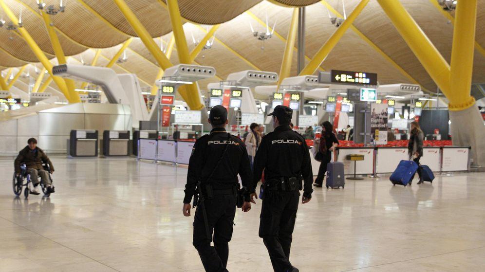 Foto: Efectivos policiales patrullan la T-4 del aeropuerto de Madrid Barajas. (EFE)