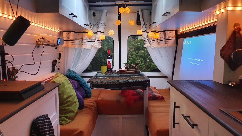El interior de la furgoneta camperizada de Adriana y Sandra. (A. y S.)