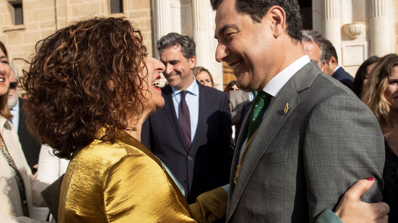 La ministra de Hacienda y portavoz del Gobierno de España, María Jesús Montero (i), saluda al presidente andaluz, Juanma Moreno (d), en una imagen de febrero de 2020. (EFE)